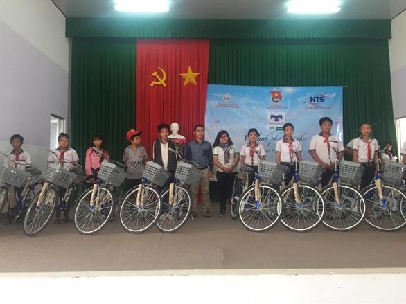 Các em học sinh hân hoan nhận xe đạp từ Quỹ hỗ trợ Giáo dục Nam Trường Sơn