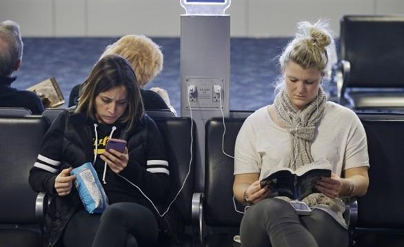 Coi chừng bị hack vì sạc pin điện thoại nơi công cộng
