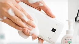 Nhật Bản phát minh ra điện thoại không ngại xà bông và nước nóng