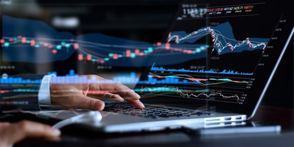 """Bảo vệ bản thân trong thời đại tiền mã hóa đang lên ngôi  Tiền điện tử đang bùng nổ trở lại tại Việt Nam khi các nhà đầu tư nhận thấy tiềm năng đầy hứa hẹn của đồng tiền này. Trong khi đó, nhà nước và chuyên gia liên tục cảnh báo về các rủi ro có thể xảy ra, bao gồm cả tội phạm mạng. Giá của bitcoin đã tăng đến 57,000$ mỗi đồng và với sự xuất hiện của Pi - một đơn vị tiền điện tử mới - và các đơn vị tiền ảo khác, thị trường tiền điện tử Việt Nam trong đầu năm 2021 chứng kiến một lượng lớn các nhà đầu tư mới. Một khảo sát khách hàng toàn cầu được thực hiện bởi Statista cho thấy, Việt Nam có tỷ lệ sử dụng tiền điện tử cao thứ 2 thế giới, chỉ sau Nigeria.   Thị trường tiền ảo sôi động - cơ hội cho tội phạm mạng Với hàng triệu đô la được giao dịch mỗi tháng, các sàn giao dịch tiền điện tử đang là miếng mồi ngon với tội phạm mạng. Các hành vi gian lận trên giao dịch điện tử bao gồm thu thập thông tin của nhà phát triển và nhà đầu tư; tấn công bằng phần mềm độc hại, lừa đảo, mã độc, thông báo giả mạo, điều hướng đến website giả, DDoS, v.v…  và đánh cắp khoá bảo mật ví điện tử.  Một băng nhóm tội phạm mạng khét tiếng nhắm vào tiền điện tử là Lazarus và các thành viên. Từ năm 2019, các cuộc điều tra của các nhà nghiên cứu Kaspersky cho thấy Lazarus đứng sau những vụ tấn công gần đây tại Singapore. BlueNoroff, """"thành viên gia đình"""" Lazarus chuyên tấn công vào mảng tài chính, cũng được cho là đang tiến hành các cuộc tấn công liên quan đến tiền ảo ở Đông Nam Á dưới tên gọi SnatchCrypto. Băng nhóm này nhắm đến các ngân hàng, và cũng bị cáo buộc là liên quan đến vụ trộm 81 triệu đô của Ngân hàng Bangladesh. Các nhà nghiên cứu của Kaspersky đã theo dõi SnatchCrypto từ cuối năm 2019 và phát hiện kẻ đứng sau chiến dịch này đã bắt đầu hoạt động trở lại với chiến lược tương tự. Chris Connell, Giám đốc Điều hành Kaspersky châu Á Thái Bình Dương chia sẻ: """"Trong thời gian tới sẽ có thêm nhiều nhà đầu tư tiền ảo mới trong khắp khu vực Đông Nam Á khi món hời từ những loại tiền điện tử khá"""