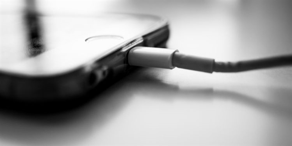 Bạn gặp sự cố khi sạc iPhone hoặc kết nối tai nghe? Đó có thể là sự cố với cổng Lightning - đây là cách khắc phục mà Kaspersky Proguide đã tổng hợp cho bạn.